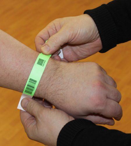 Одноразовый браслет со штрих-кодом